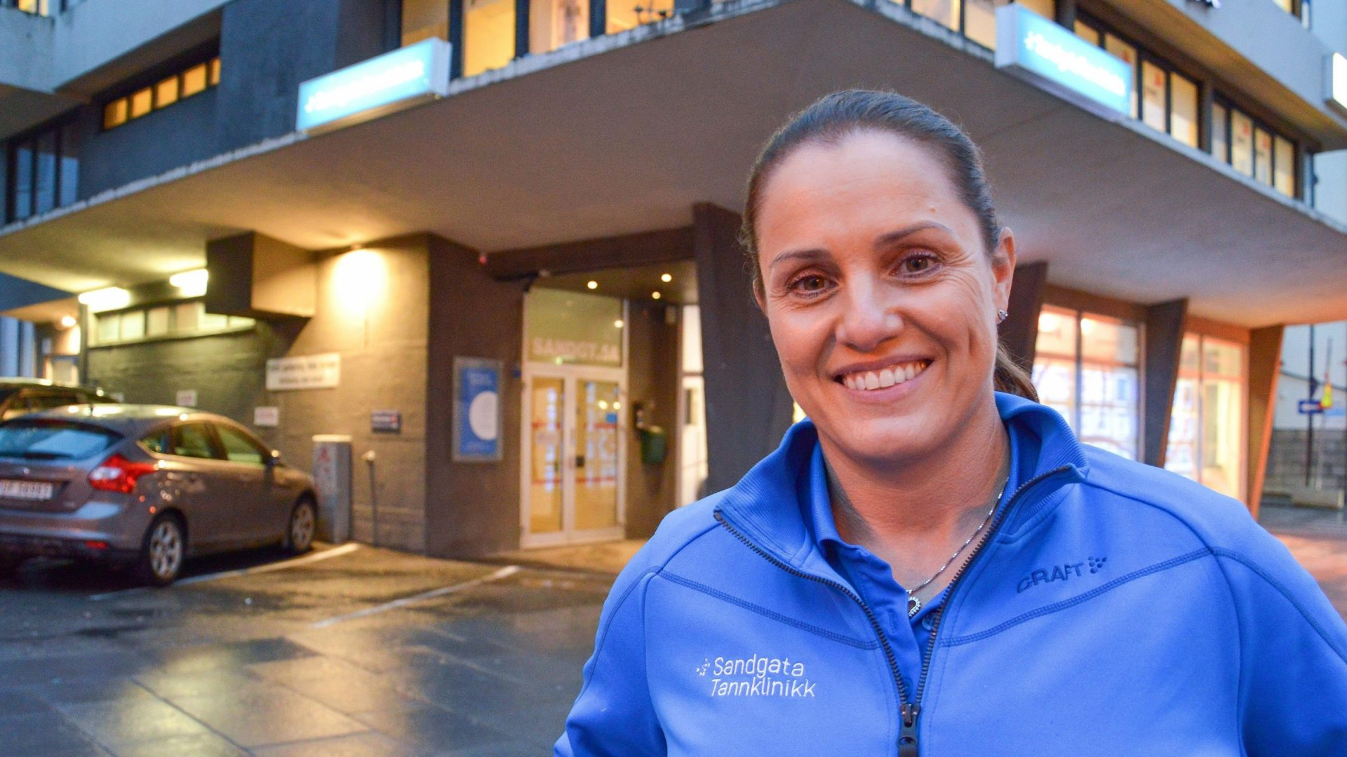 Therese Bakke foran klinikkena.